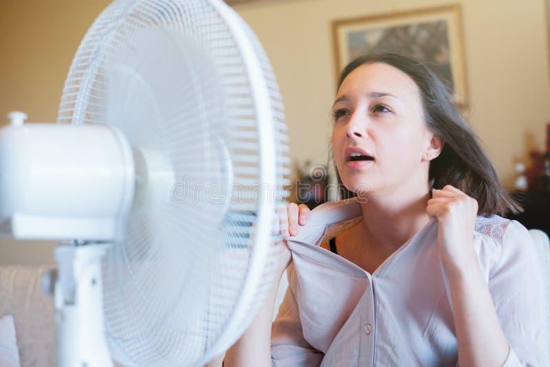 Flicka som är främst av den elektriska fanen som försöker att förnya arkivfoton