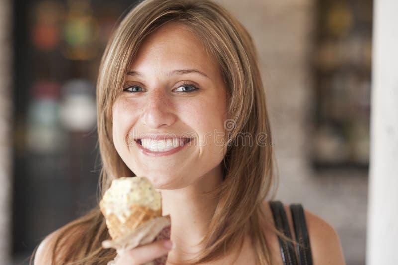 Flicka som äter glass royaltyfria bilder