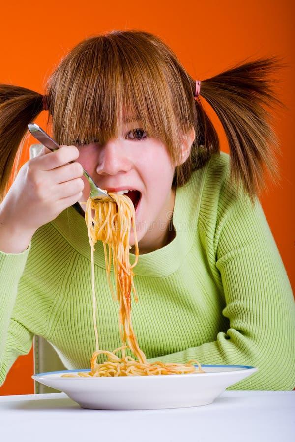 Flicka som äter spagetti 2 arkivbilder