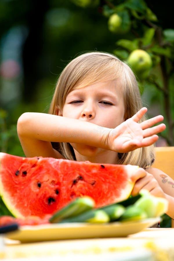 Flicka som äter vattenmelonen royaltyfria bilder
