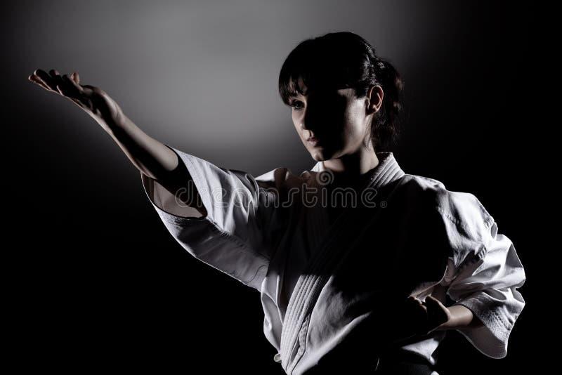 Flicka som övar karate royaltyfri fotografi