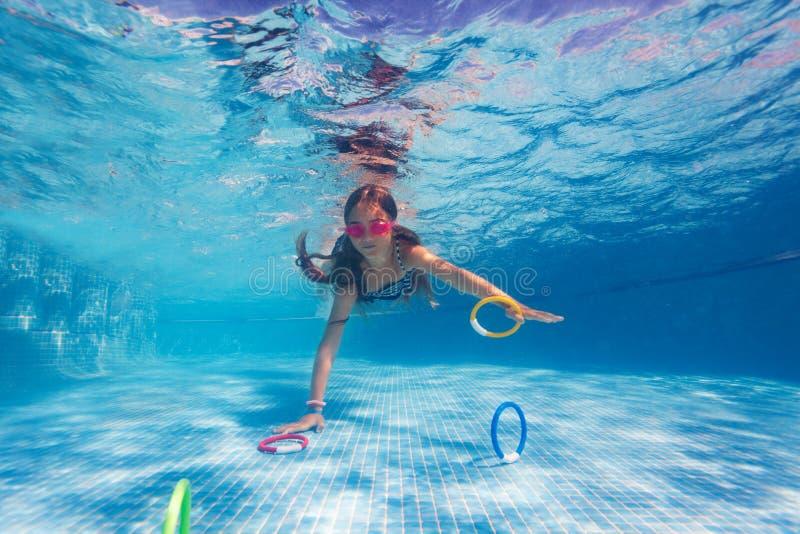 Flicka som övar under kurs för undervattens- simning fotografering för bildbyråer