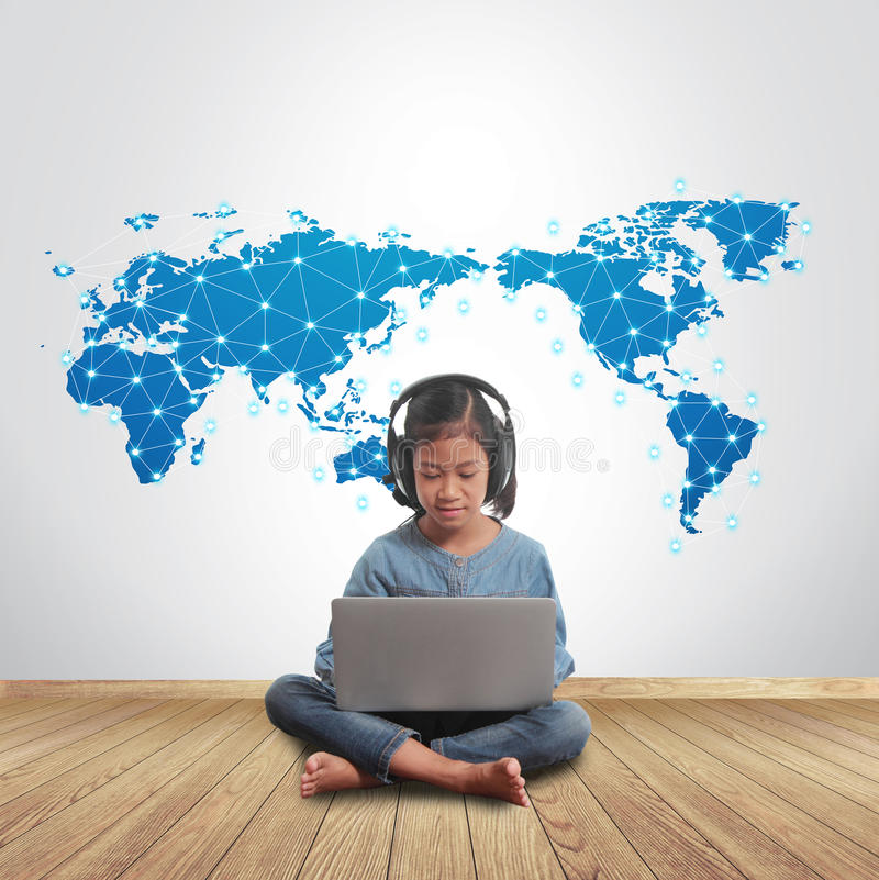 Flicka som använder bärbar datordatoren med det sociala nätverket som över hela världen förbinder royaltyfria bilder