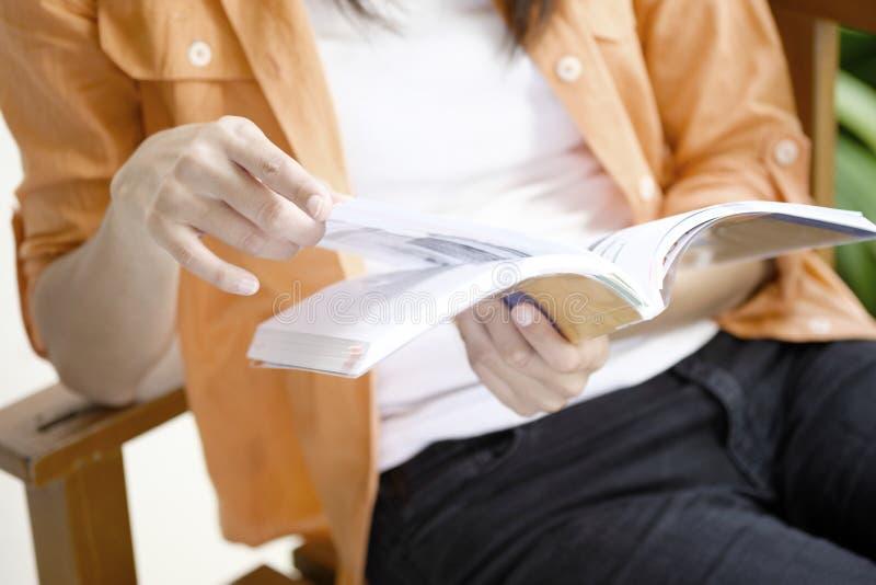 Flicka som använder bärbar datoronline-anslutning royaltyfri foto
