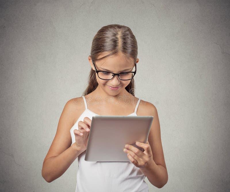 Flicka som använder blockdatoren som spelar leken royaltyfri foto
