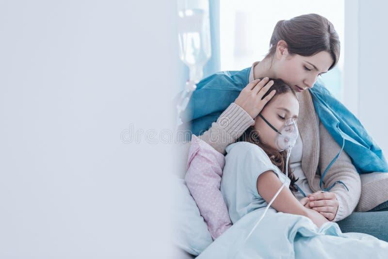Flicka som använder en syremaskering arkivfoton