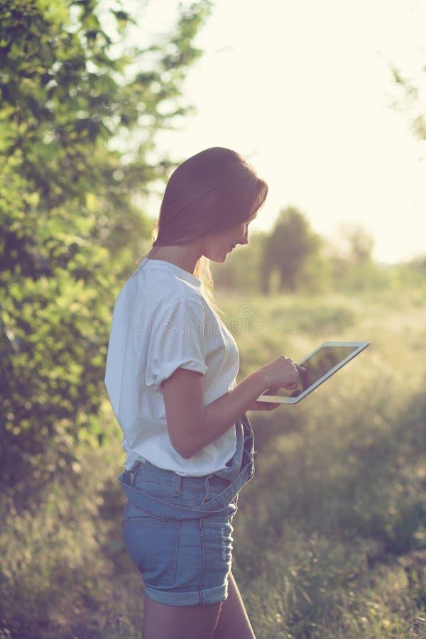 Flicka som använder en tabletPC arkivfoto