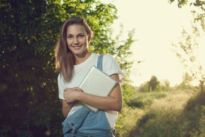 Flicka som använder en tabletPC arkivfoton