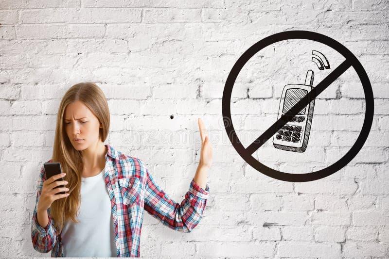 Flicka som använder mobiltelefon arkivfoto