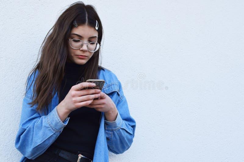 Flicka som använder smartphonen royaltyfria bilder