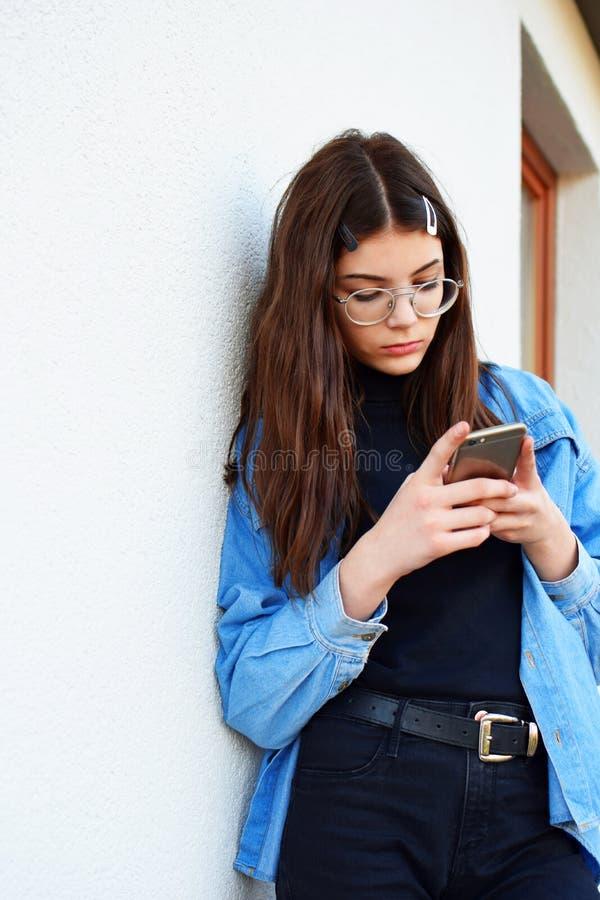 Flicka som använder smartphonen royaltyfria foton