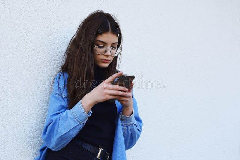Flicka som använder smartphonen fotografering för bildbyråer