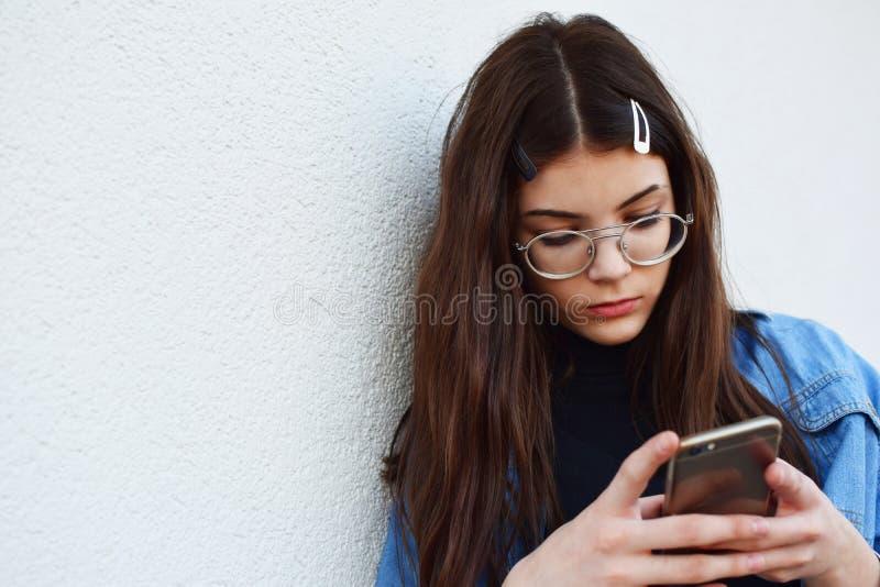 Flicka som använder smartphonen royaltyfri bild