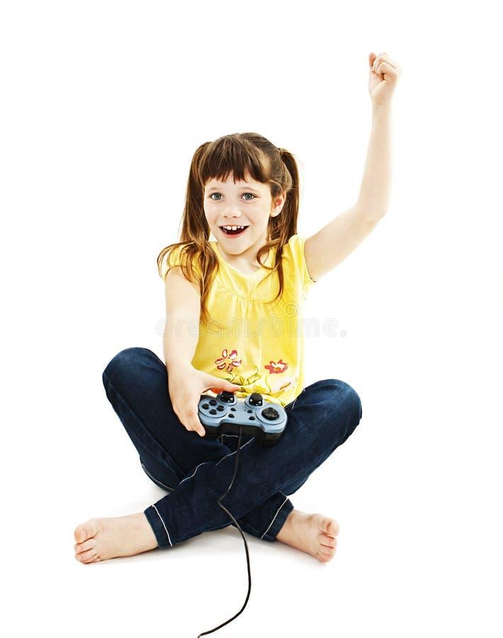 Flicka som använder videospelkontrollanten arkivfoton