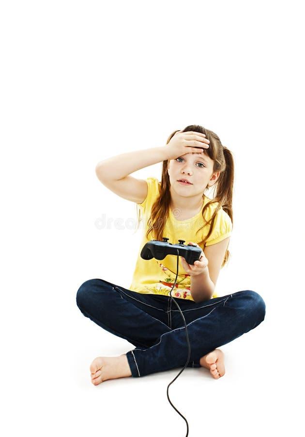Flicka som använder videospelkontrollanten royaltyfri fotografi
