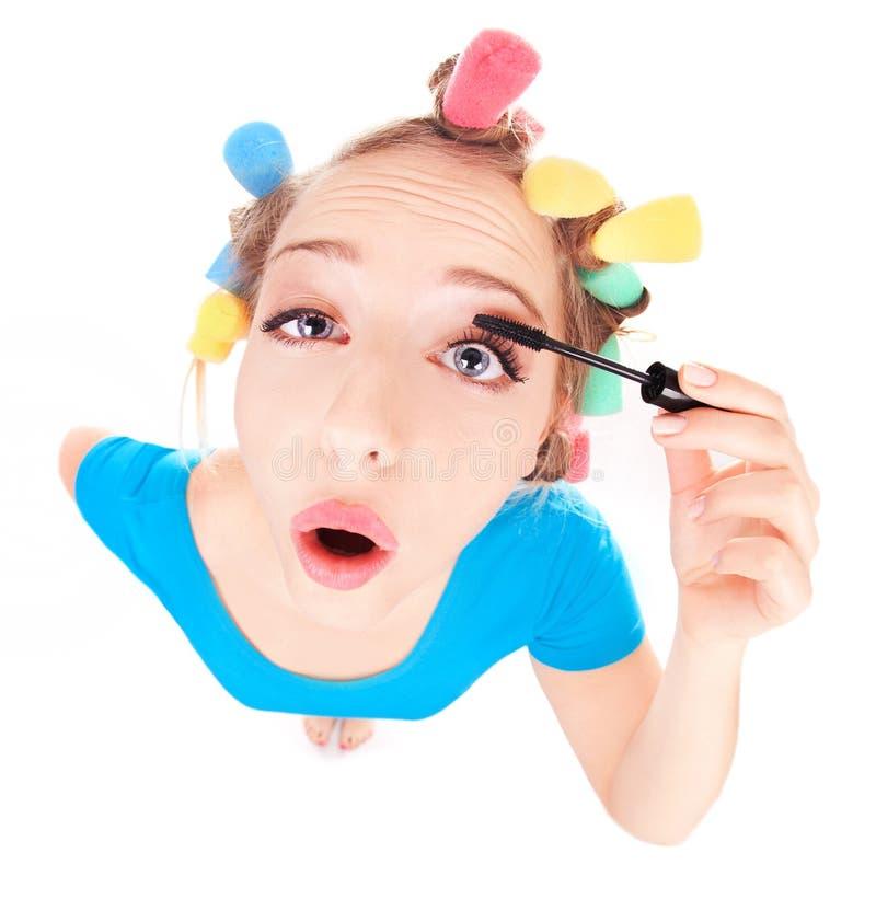 Flicka som applicerar mascara royaltyfri bild