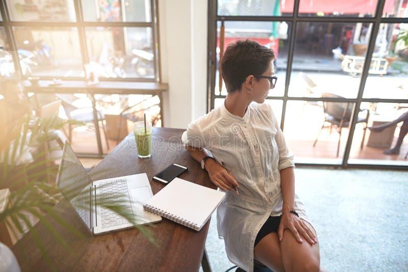 Flicka som arbetar i ett kafé Frilans- begrepp royaltyfria bilder