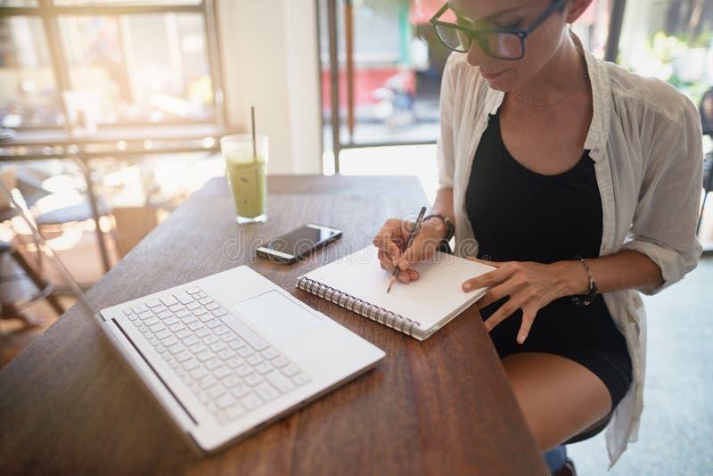 Flicka som arbetar i ett kafé Frilans- begrepp arkivbilder