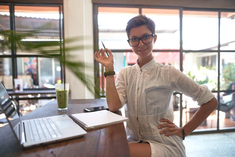 Flicka som arbetar i ett kafé Frilans- begrepp royaltyfri fotografi