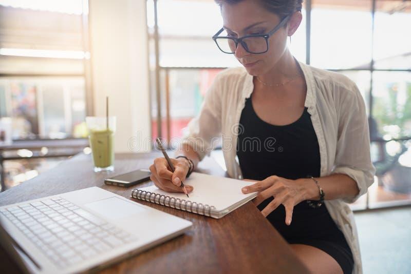 Flicka som arbetar i ett kafé Frilans- begrepp royaltyfria foton
