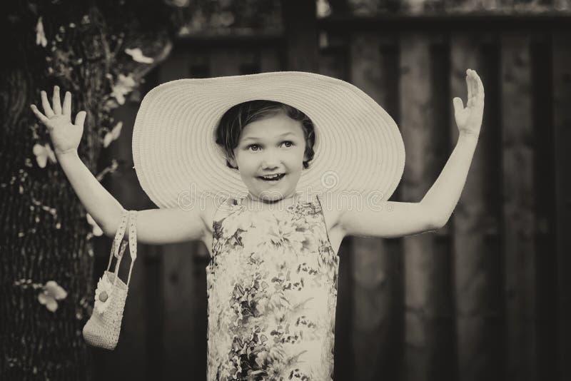 Flicka som bär den överdimensionerade solhatten - tappning royaltyfri fotografi