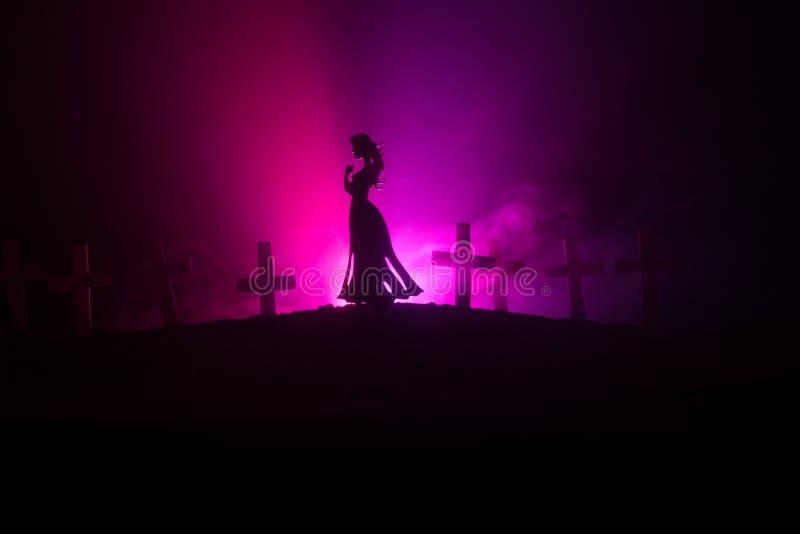 Flicka som bara går i kyrkogården på natten royaltyfria bilder