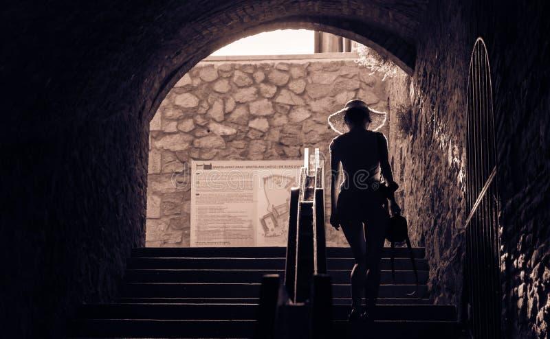 Flicka som behagfullt går upp trappa arkivbild