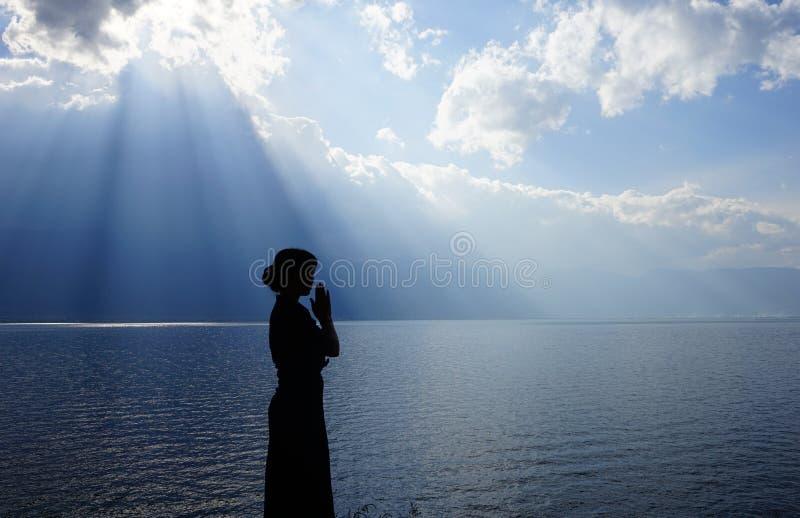 Flicka som ber till guden royaltyfria bilder