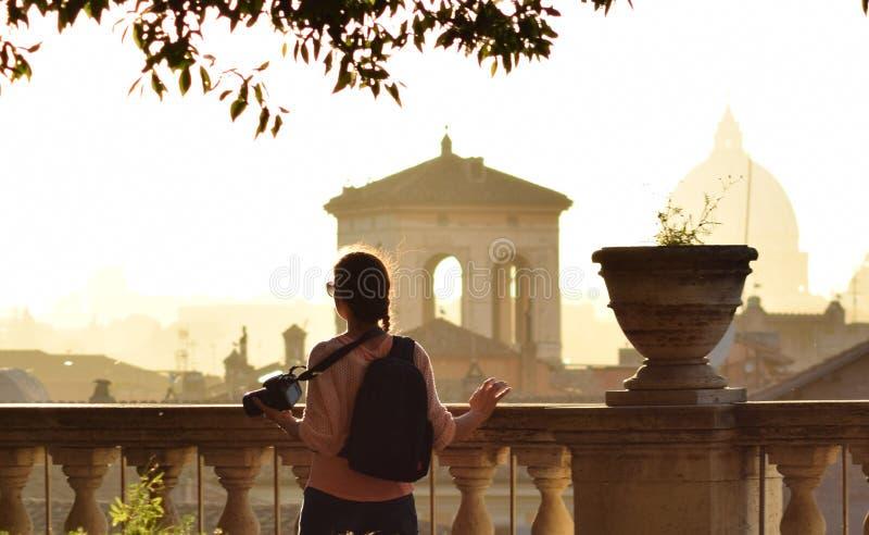 Flicka som besöker rome royaltyfria bilder