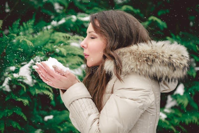 Flicka som blåser snö till sidan royaltyfria bilder