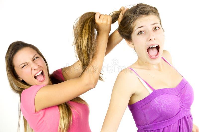 Flicka som drar isolerat långt hår till ilsket för vän arkivbilder