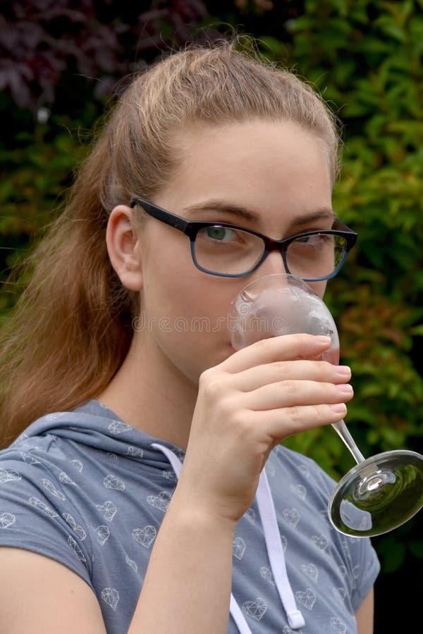 Flicka som dricker den nonalcoholic coctailen arkivbilder