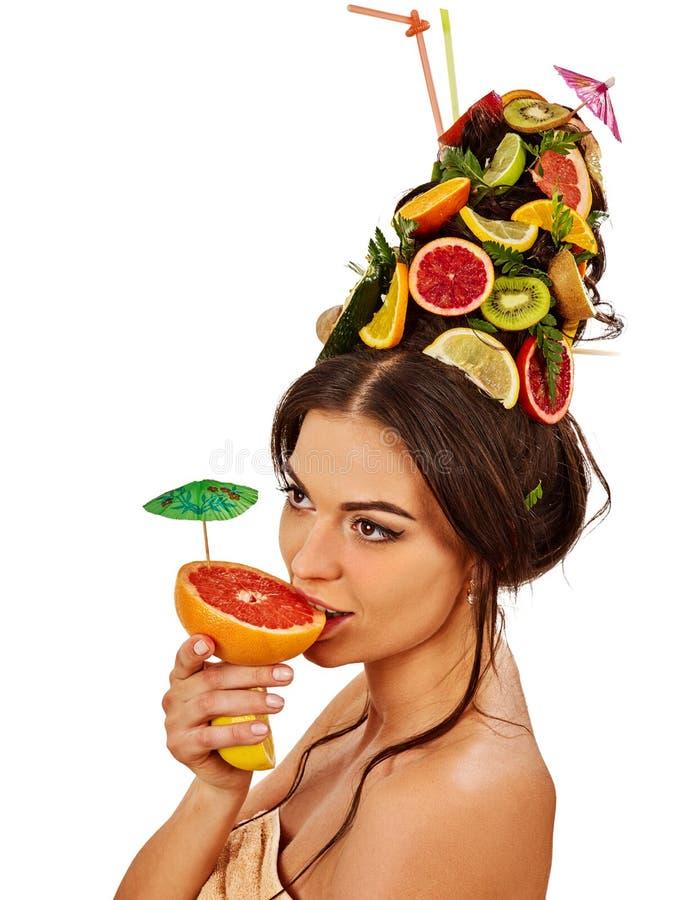 Flicka som dricker fruktcoctailen på sommarpartiet Kvinnan bär frukt frisyren royaltyfri foto