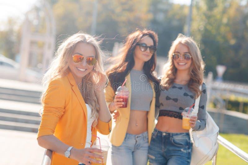 Flicka som dricker fruktfruktsaft i parkera royaltyfria foton
