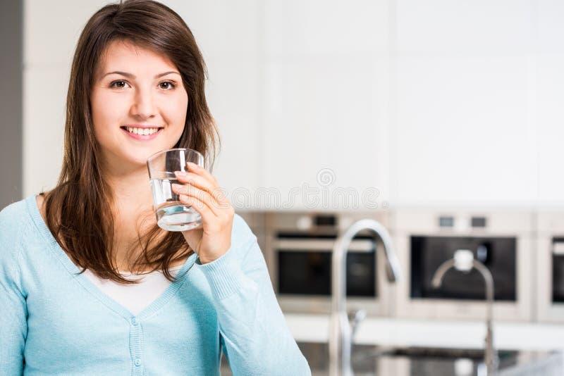 Flicka som dricker nytt kallt vatten royaltyfria foton