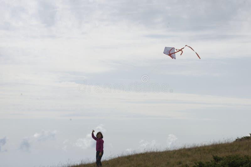 Flicka som flyger en drake royaltyfria foton