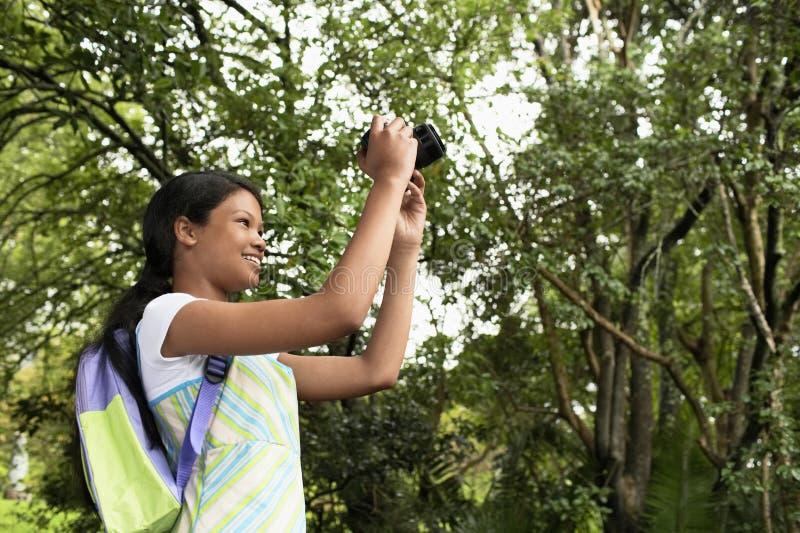 Flicka som fotograferar naturen arkivfoto