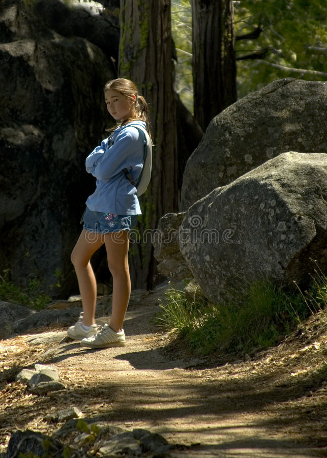 flicka som fotvandrar den tonårs- trailen arkivfoton