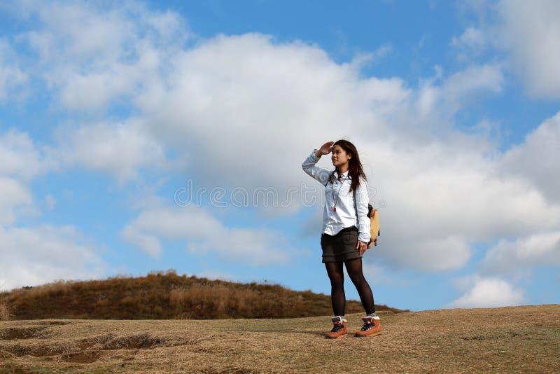 Flicka som framåtriktat långt långt borta ser royaltyfria bilder
