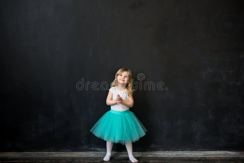Flicka som framme står av kritabräde royaltyfri bild