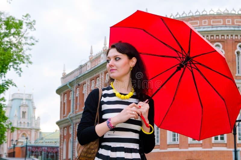 Flicka som går efter regnet arkivbilder