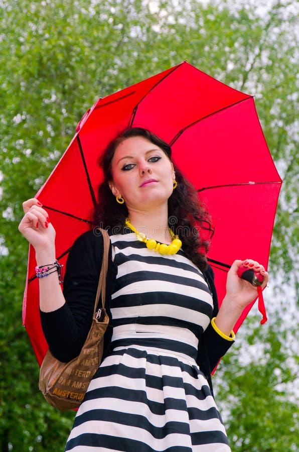 Flicka som går efter regnet arkivfoton