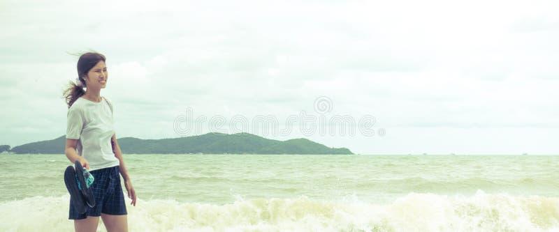Flicka som går på östranden i panorama royaltyfri foto