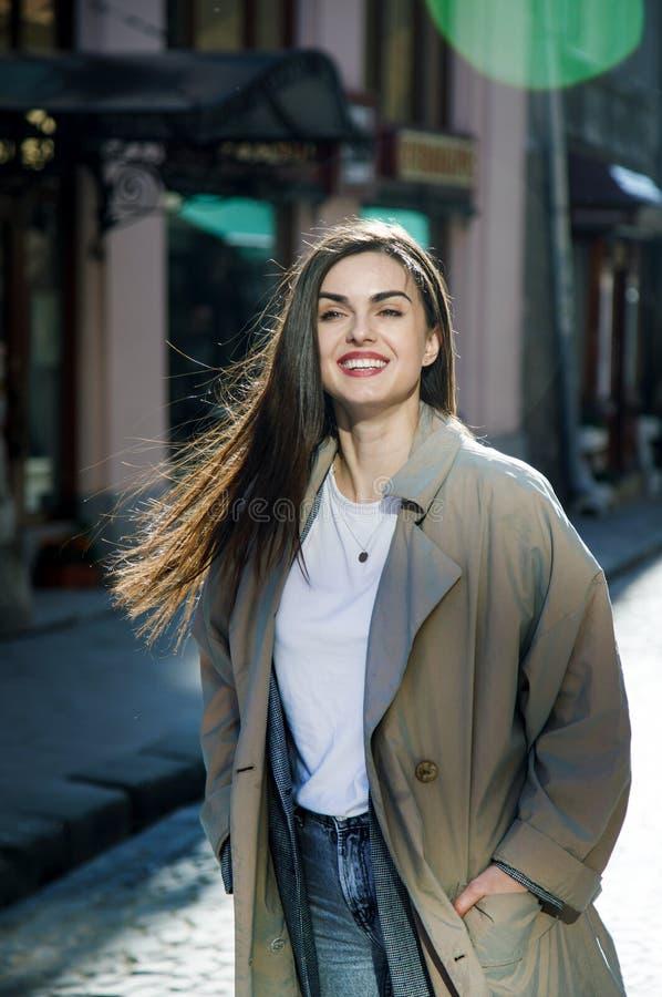 Flicka som går på gatan arkivfoto