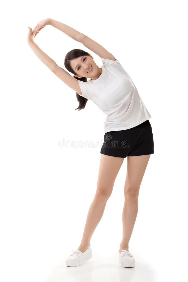 Flicka som gör elasticitetsövning royaltyfria foton