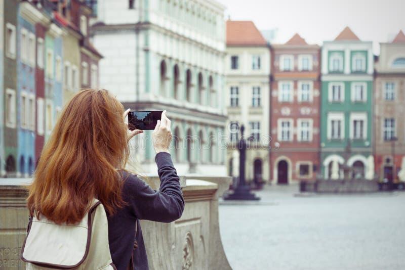 Flicka som gör en fotofors av den huvudsakliga fyrkanten Rynek royaltyfri bild