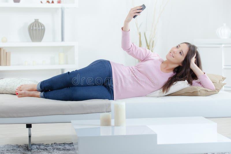 Flicka som gör en selfie fotografering för bildbyråer