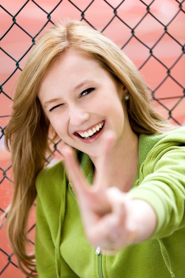 Flicka Som Gör Fredtecknet Royaltyfri Bild