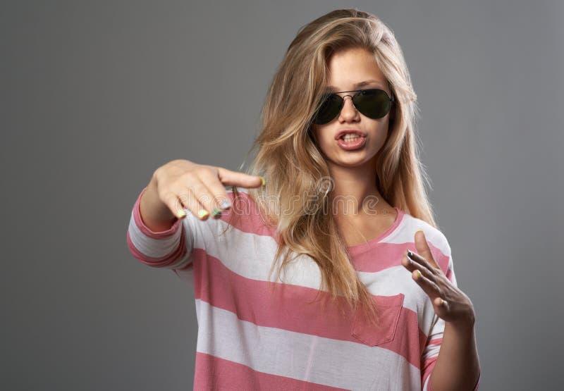 Flicka som gör handgester som rap arkivfoton