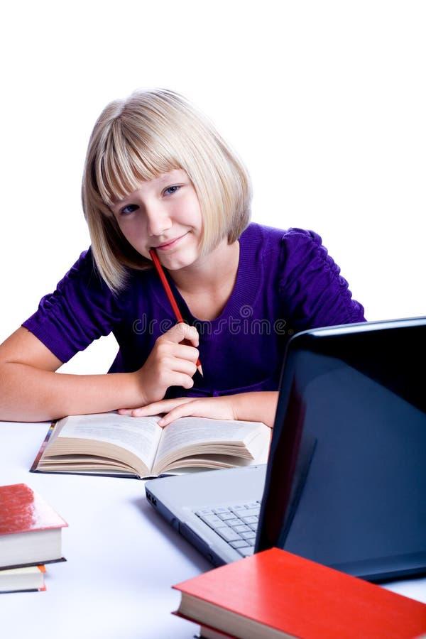 Flicka som gör läxa arkivfoto